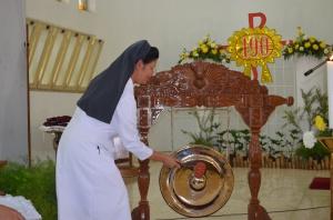 Sr. Anita memukul gong sebagai simbol penutupan Kongres Ekaristi SPM Provindo I