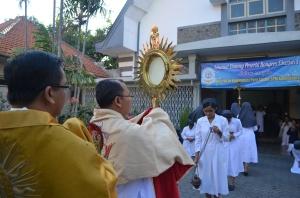 Perarakan Sakramen Mahakudus menuju kapel (Penutupan Adorasi Abadi)