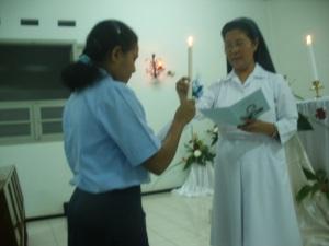 Alexia menerima lilin dari Sr. Anita