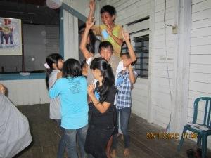 Bermain bersama di paroki Tanjung Isuy