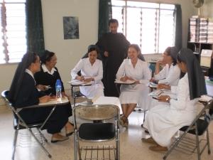 Para Suster sedang berdiskusi didampingi Br. Mungsi, O.Carm