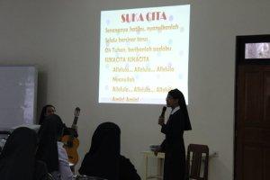 Bernyanyi sebelum pertemuan agar lebih rileks.