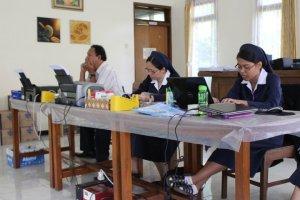 Tim notulis yang cekatan mencatat proses pertemuan.