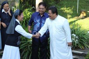 Keakraban antara Sr. Anita, SPM dan Rm. Krismiyanto, Pr.