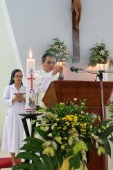 Rm. Suwaji memberkati buku Evangeliarium sebelum membaca Injil