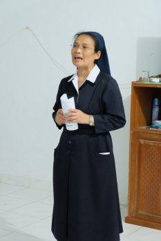 Sr. Theresien memberi pengarahan untuk kelancaran acara