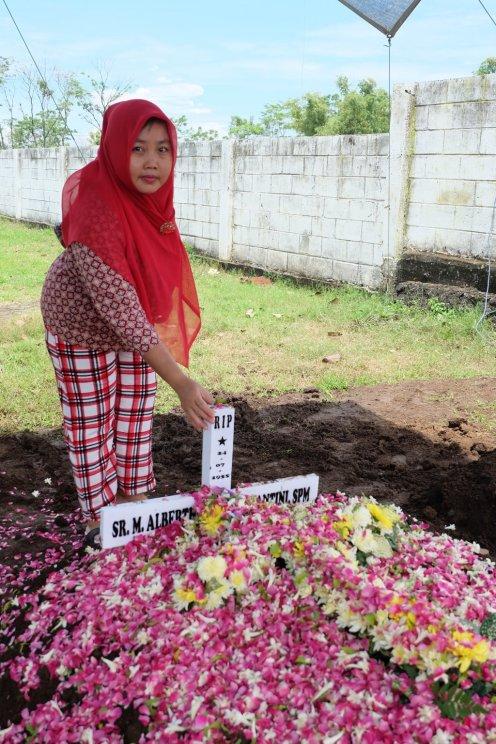Mbak Siti yang setia merawat Sr. Albertha selama ini.