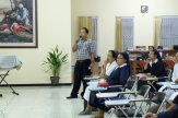 Pak Sukisna mempresentasikan hasil diskusi Komisi Komunikasi.